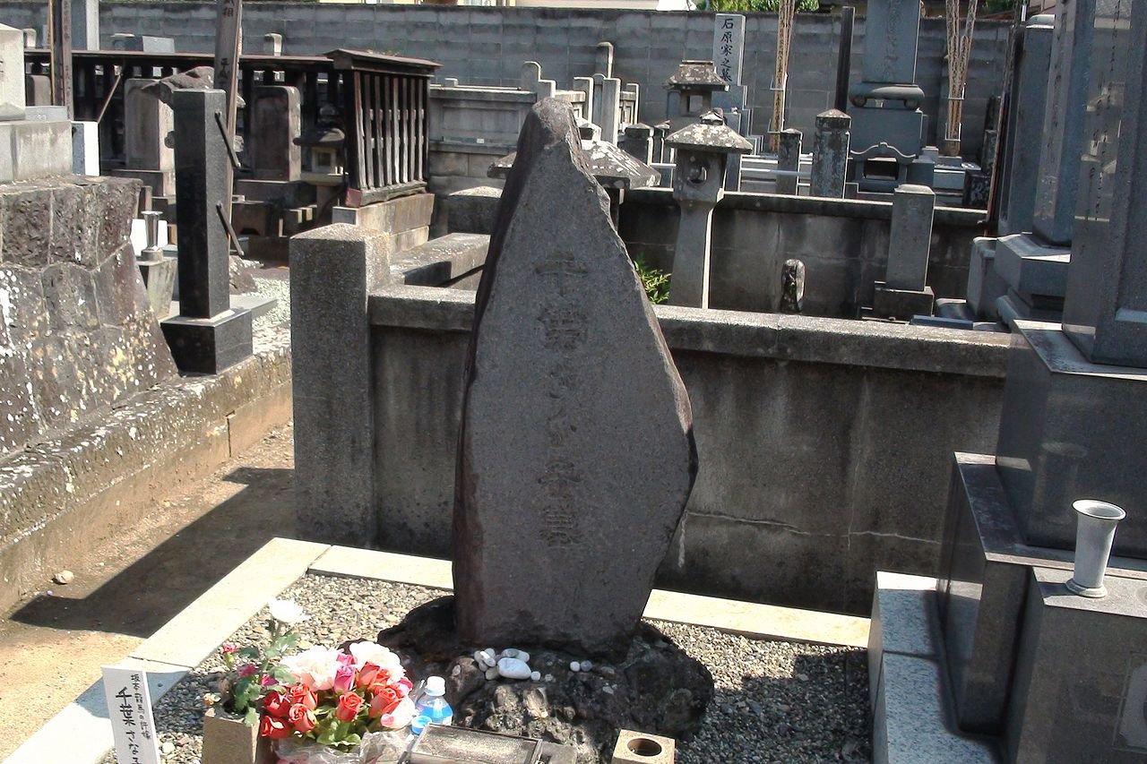 1280px-grave_of_chiba-sanako3346133870048123627.jpg